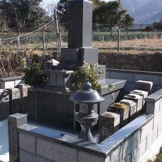 お墓本体の横に古い先祖の墓を引っ越し移転しました 外柵の内側に全て入れているので大安心です!