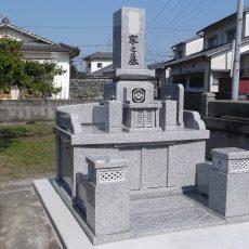 白御影石の和墓の完成です。シンプルな出来映えに大満足です。